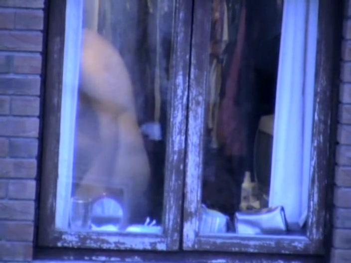 cherniy-podglyadivanie-v-okna-za-golimi-devushkami-video